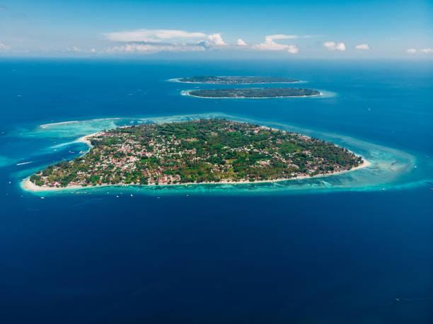 Luftaufnahme mit Gili-Inseln und Meer, Drohnenaufnahme. Gili Air, Meno und Trawangan Inseln – Foto