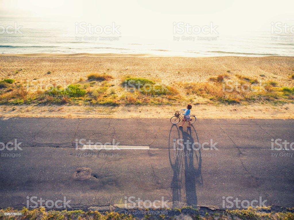 Luftbild-Frau an sonnigen Straße Radfahren – Foto