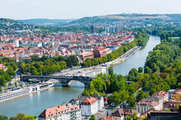 Luftwiew Alte Mainbrucke und Stadtbild von Würzburg mit Rawthey in Deutschland – Foto