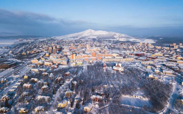 aerial vinter vy av kiruna, den nordligaste staden i sverige, lapplands, soliga vinterbild sköt från drone - norrbotten bildbanksfoton och bilder