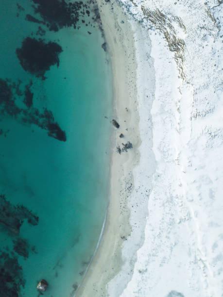 Vista aérea de Inverno da praia ilhas Lofoten, Noruega, tiro do zangão - foto de acervo