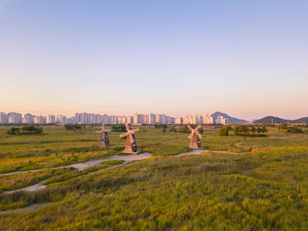 Antena, cerca volando junto al molino de viento de madera en Seúl, Inchon - foto de stock