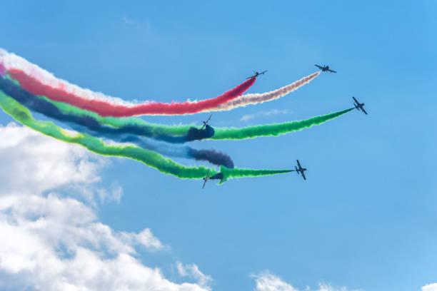 kunstflug display-team aus den vereinigten arabischen emiraten - schrift am himmel stock-fotos und bilder