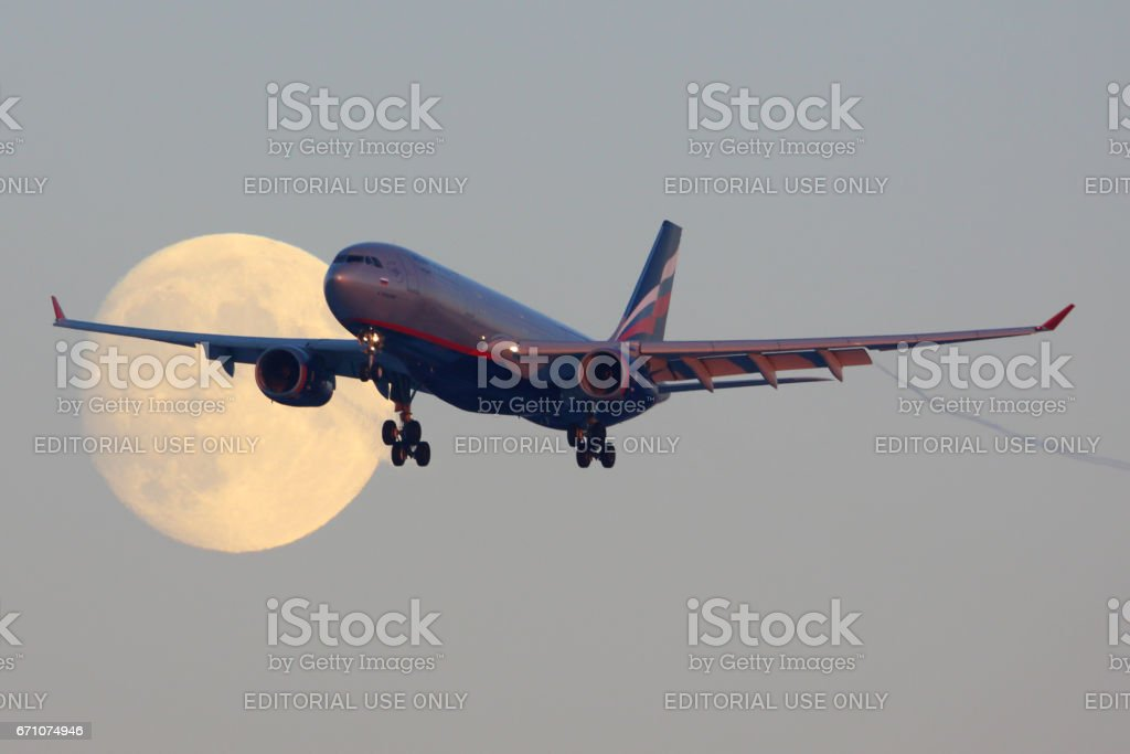 SHEREMETYEVO, Moscú, España - 29 de noviembre de 2013: Aeroflot Airbus A330 VQ-BBF cruzando la luna antes de aterrizar en el aeropuerto internacional de Sheremetyevo. - foto de stock