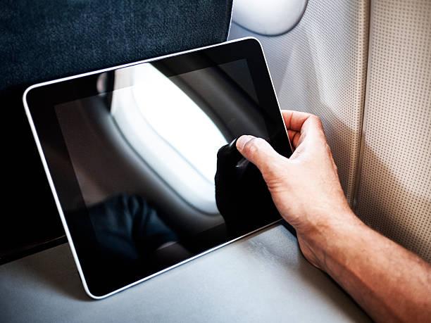 flugzeug computing - tablet mit displayinhalt stock-fotos und bilder