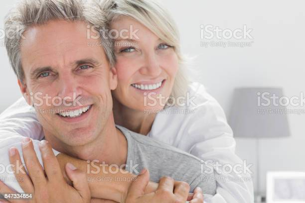 Zärtlich Paar Lächeln Stockfoto und mehr Bilder von Älteres Paar