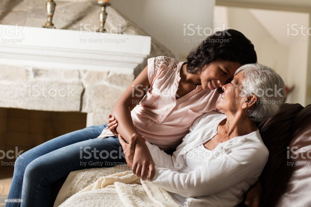 愛情深い祖母と孫娘のお互いを保持して - 12歳から13歳のロイヤリティフリーストックフォト