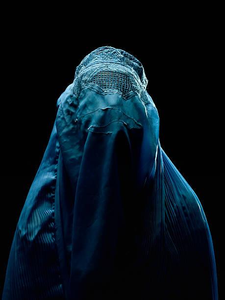 afghanischen frau mit ihrem burkha - burka stock-fotos und bilder