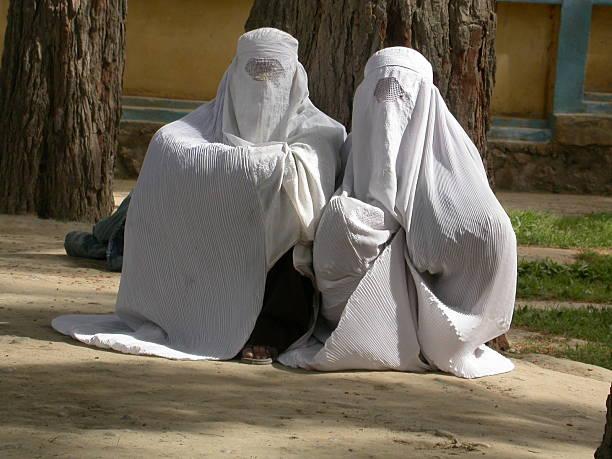 afghanistan, frauen warten - burka stock-fotos und bilder