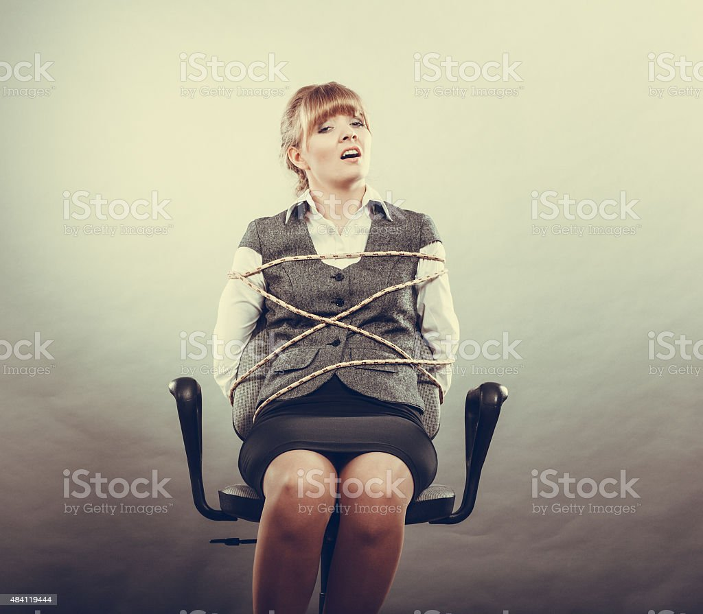 Mujer de miedo de secuestro con cuerda atado a una silla. - foto de stock