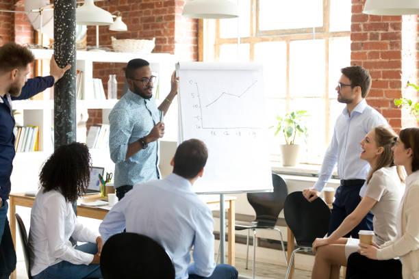 african american business-coach spricht präsentation beim briefing - heben stock-fotos und bilder