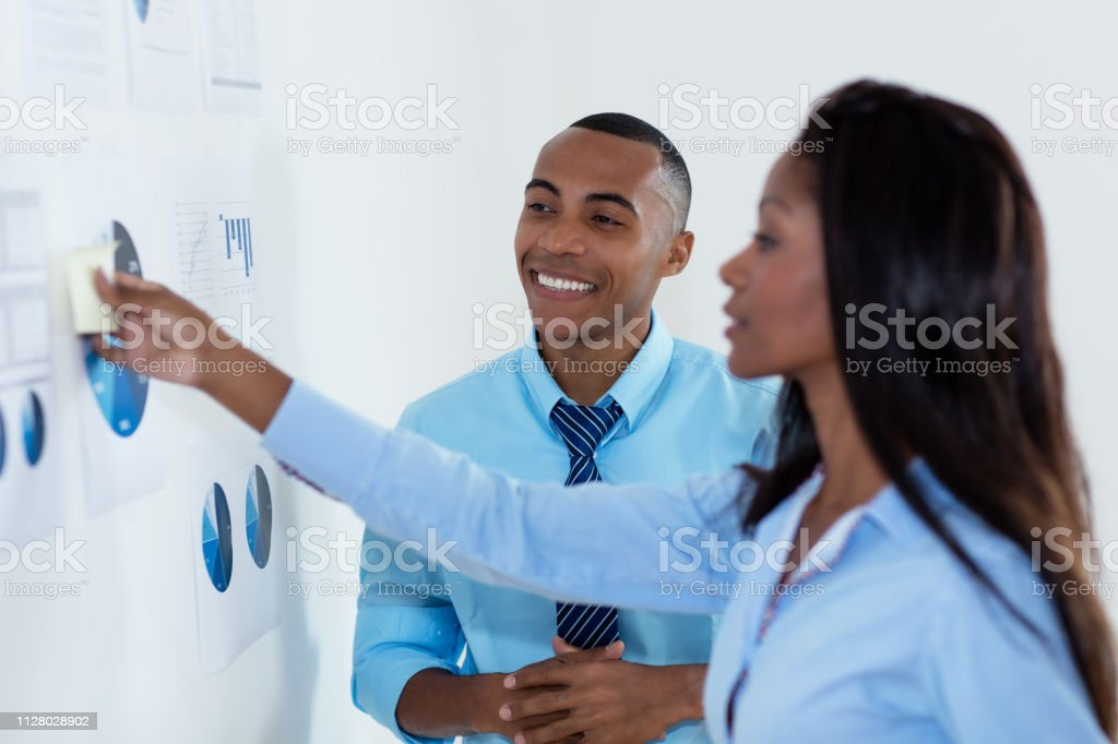 Equipo de negocios afroamericano con nuevas ideas - foto de stock