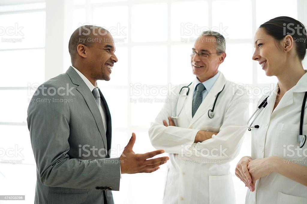 Afrikanische amerikanische Geschäftsmann Kommunikation mit Ärzten angewandt wurde. – Foto