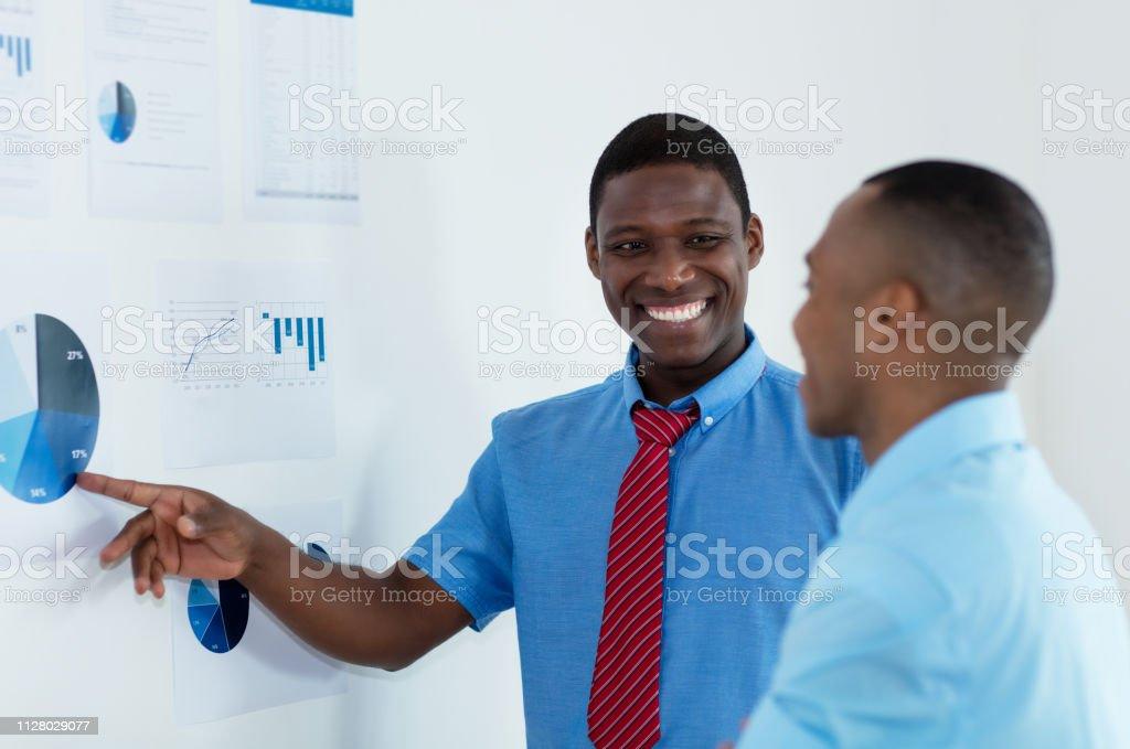 Hombre de negocios afroamericano explicar estrategia de negocios - foto de stock