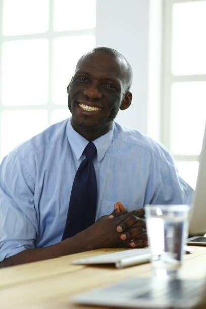 Afrikanische amerikanische Geschäftsmann auf Kopfhörer auf seinem Laptop arbeiten – Foto