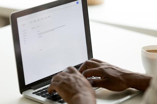 Afrikanische Amerikanische Geschäftsmann Email Auf Laptop Mit Onlinebewerbung Schreiben Stockfoto und mehr Bilder von Afrikanischer Abstammung