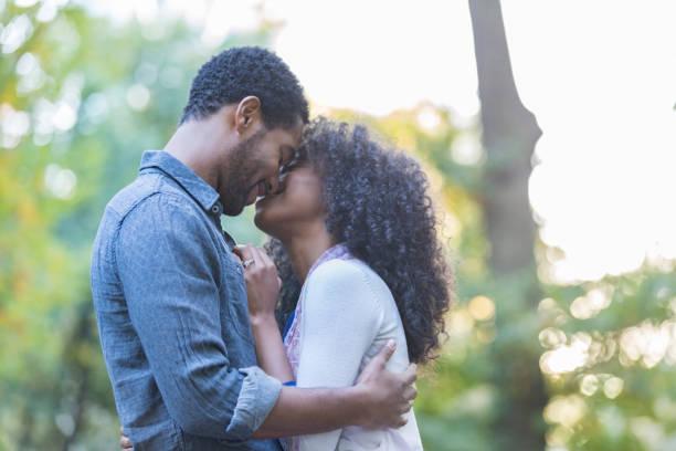 afrikanische amerikanische paar am tag im freien - schwarze romantik stock-fotos und bilder