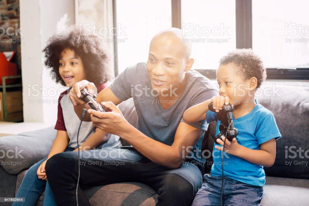 Fotografia De Familia Afroamericana En Casa Sentado En El Sofa Del