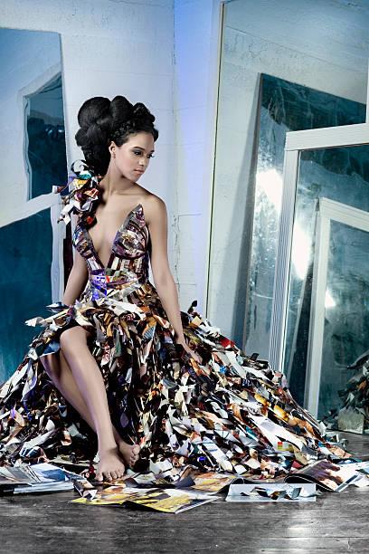 afrikanische amerikanische model in papier-couture-kleid mit spiegel - eco bastelarbeiten stock-fotos und bilder
