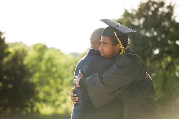 african american padre e hijo en el día de la graduación - graduación fotografías e imágenes de stock