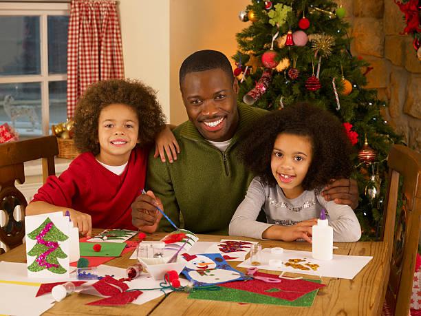 afroamerikanischen vater, weihnachtskarten mit kindern - weihnachten 7 jährige stock-fotos und bilder
