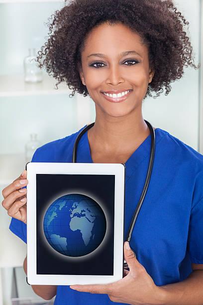 Afroamericana mujer médico tableta mapa mundial - foto de stock