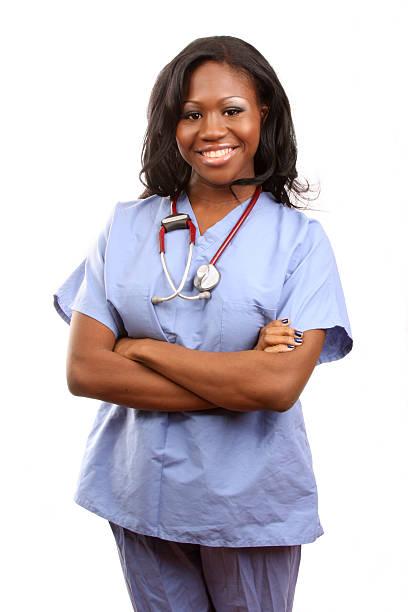 infirmière afro-américaines bras repliés - vêtements professionnels hospitaliers photos et images de collection