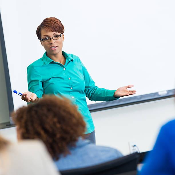 americano africano femmina professore insegnare nella community college - professore di scuola superiore foto e immagini stock