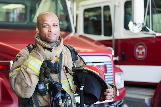 bombero afroamericano en la estación de bomberos - bombero fotografías e imágenes de stock
