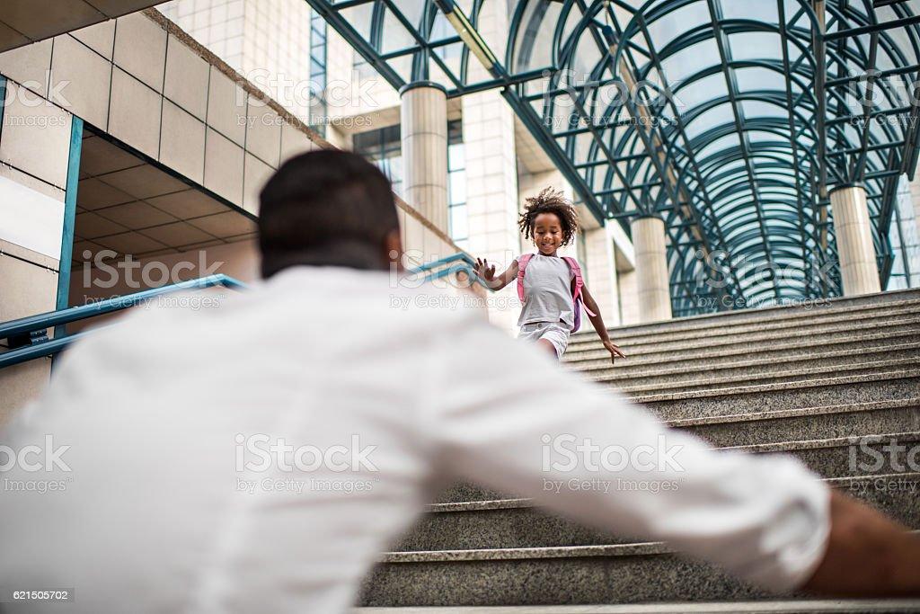 Jeune afro-américaine le long des escaliers de son père. photo libre de droits
