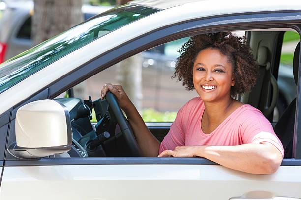 African American Girl mujer joven en automóvil de - foto de stock