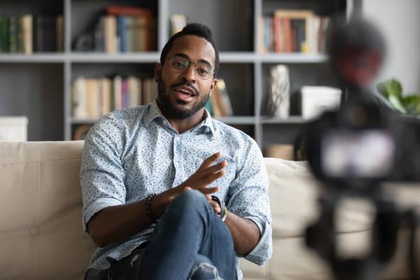 Afroamericano hipster hombre blogger grabación vlog en la cámara digital - foto de stock