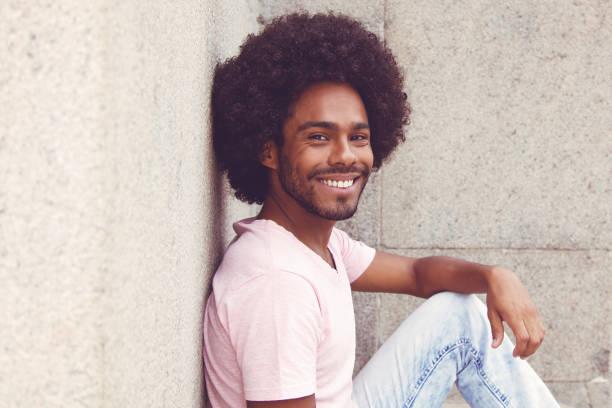 아프리카계 미국인 hipster 사람이 카메라를 보고 - 아프로 머리 뉴스 사진 이미지