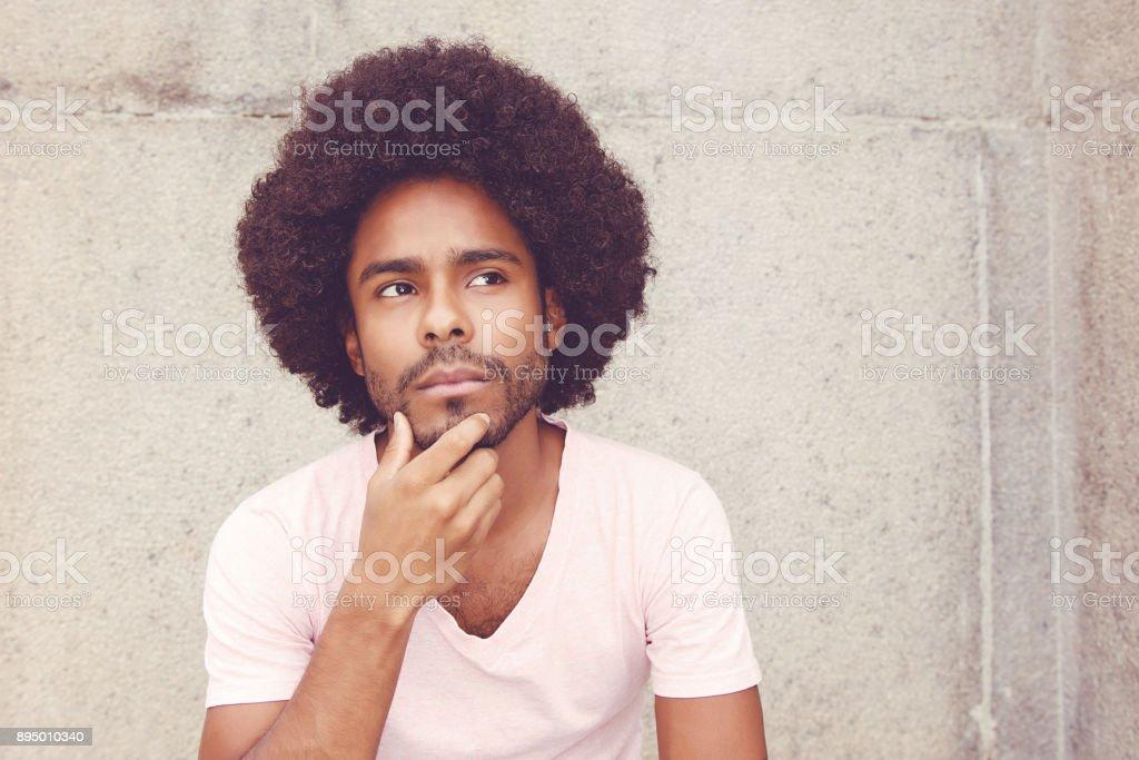 Hombre afroamericano hipster para resolver problema - foto de stock