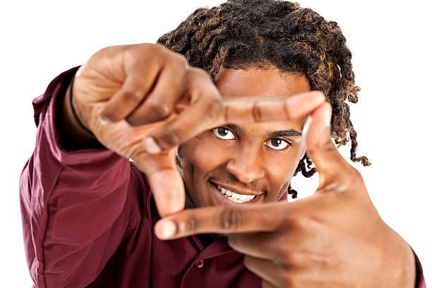 afroamerikanische männliche blick durch finger frame - rote dreads stock-fotos und bilder