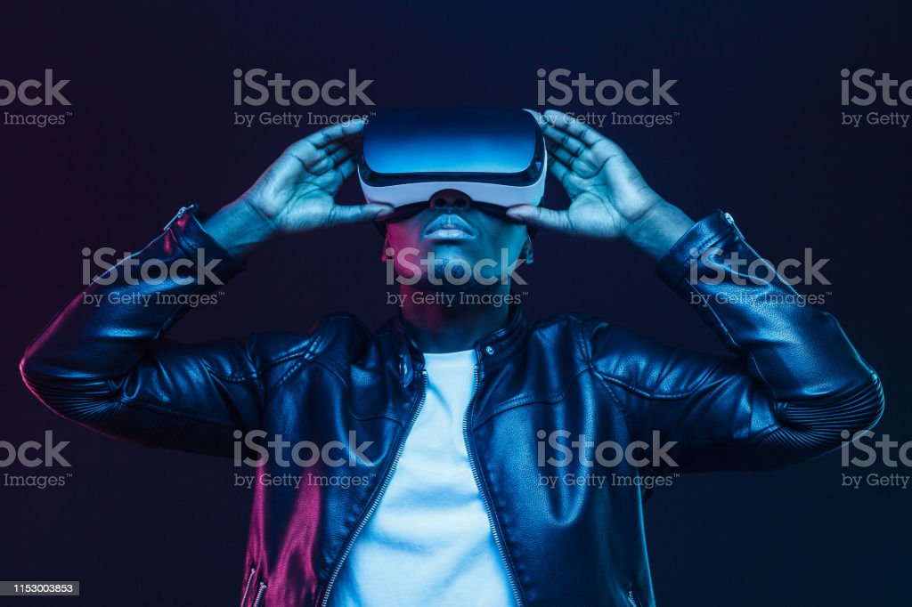 African american man in vr glasses, watching 360 degree video with virtual reality headset isolated on black background - Стоковые фото Американская культура роялти-фри