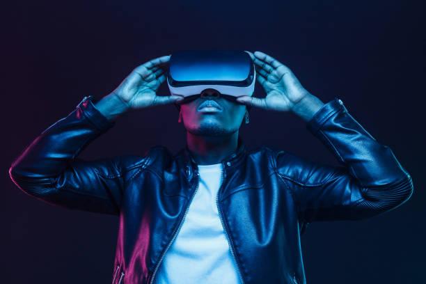 vr gözlük afrikalı amerikalı adam, siyah arka planda izole sanal gerçeklik kulaklık ile 360 derece video izliyor - sanal gerçeklik stok fotoğraflar ve resimler