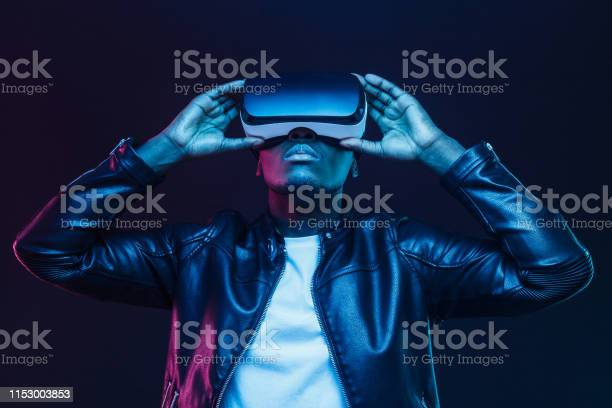 African American Man In Vr Glasses Watching 360 Degree Video With Virtual Reality Headset Isolated On Black Background — стоковые фотографии и другие картинки Американская культура