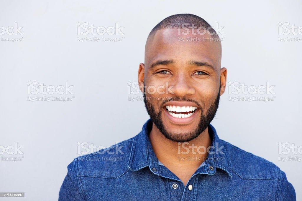afro-américain de rire contre le mur gris - Photo
