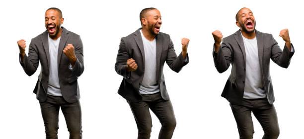 african american mannen med skägg glad och upprymd firar seger uttrycker stor framgång, makt, energi och positiva känslor. firar nytt jobb glada - new job bildbanksfoton och bilder