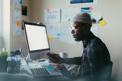 Hombre Americano Africano Trabajando En Su Escritorio Foto de stock y más banco de imágenes de Adulto