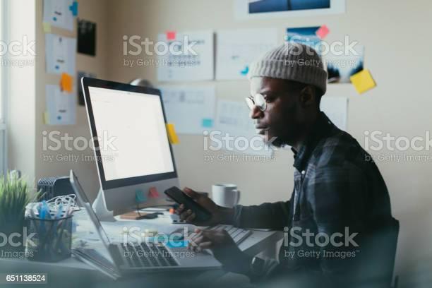 Photo libre de droit de Afroaméricain Travaillant À Son Bureau banque d'images et plus d'images libres de droit de Adulte