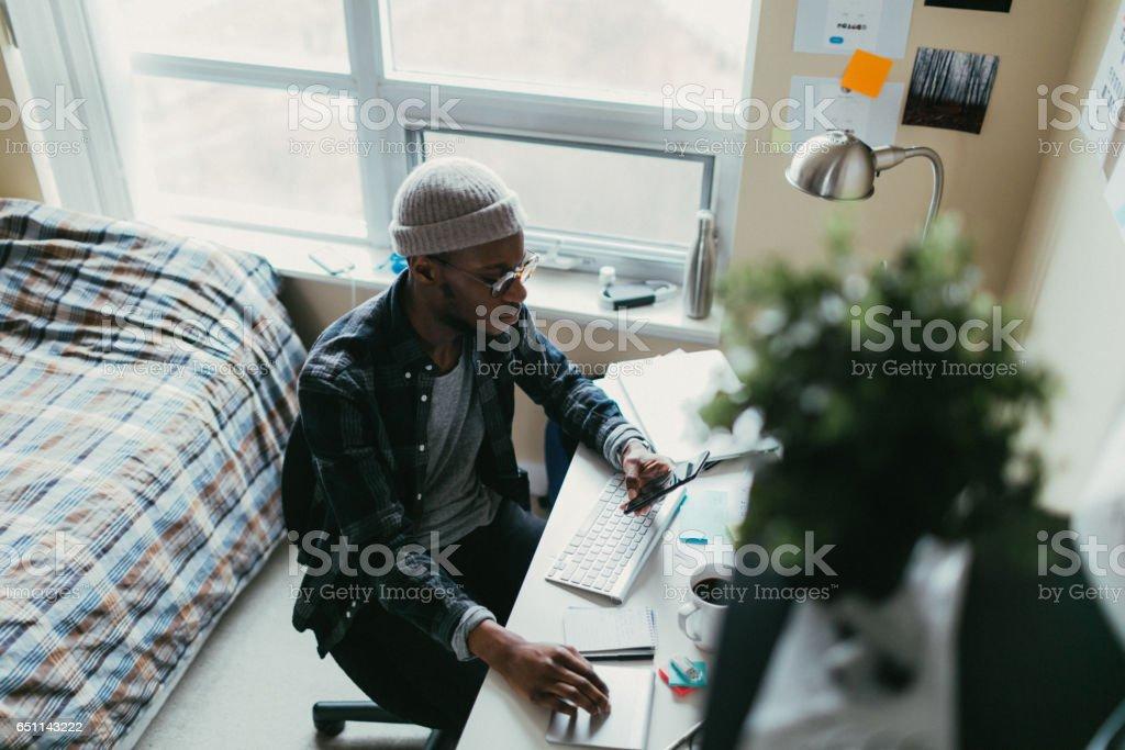Afrikanische Amerikanische Mann Arbeitet In Seinem Schlafzimmer Büro ...