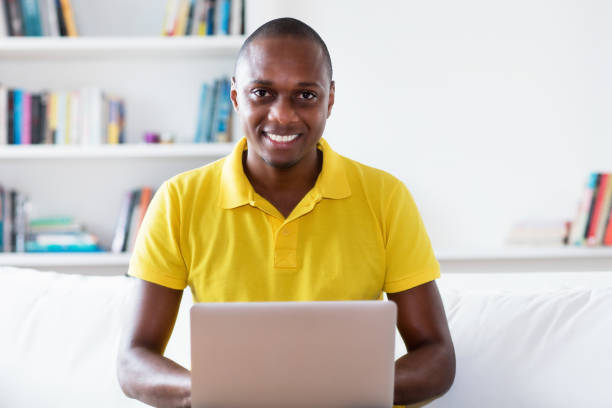 Hombre adulto maduro afroamericano en la compra de cuarentena en línea en la computadora - foto de stock