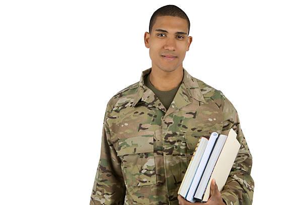 afrikanische amerikanische militärische mann mit lehrbüchern - militärisches training stock-fotos und bilder