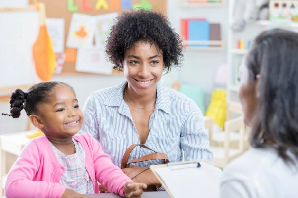 maman afro-américaine s'entretient avec l'enseignant au cours de la conférence - parents photos et images de collection