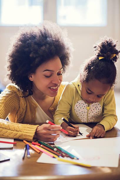 Afroamerikanischen Mutter und Tochter genießen Sie die Färben Wärmegrad – Foto