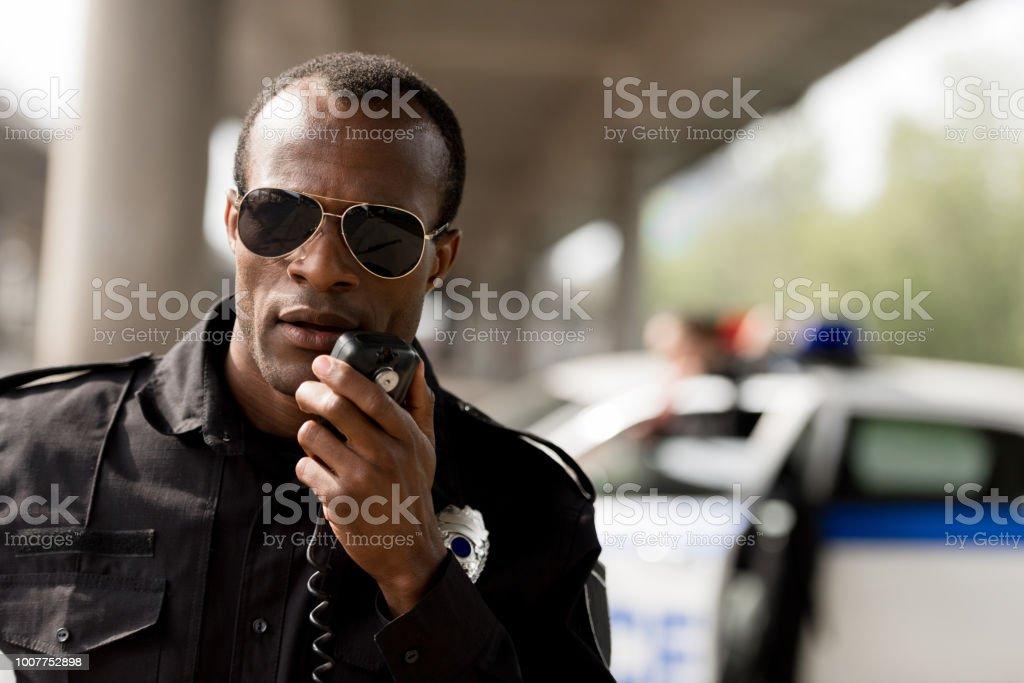Afrikanische amerikanische Polizisten sprechen per Funk Walkie-talkie set – Foto