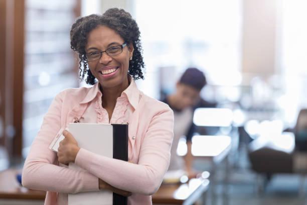 afroamerikanischer professor bereitet sich auf klasse vor - dozenten stock-fotos und bilder