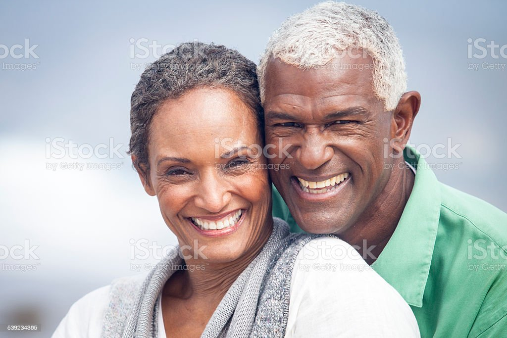 Ancianos afroamericana sonriendo juntos en la playa foto de stock libre de derechos